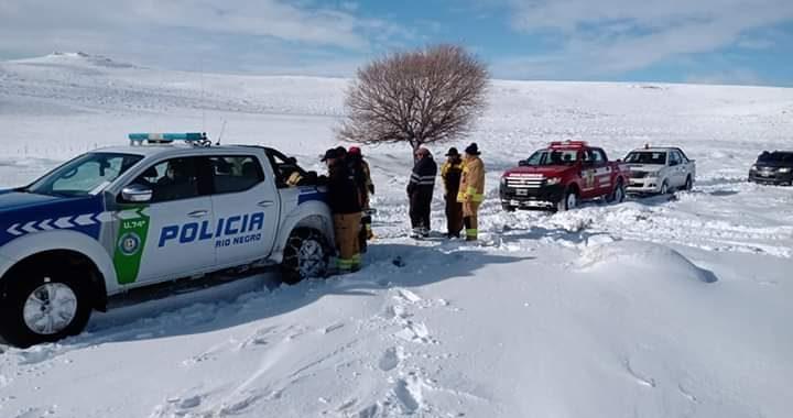 Policía rescató a cuatro personas aisladas en un campo cerca de Comallo
