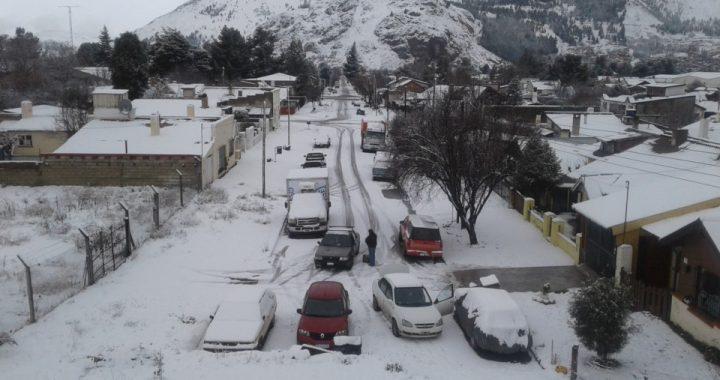 La nieve no da tregua en la zona cordillerana de Chubut y la gente se aprovisiona para no salir