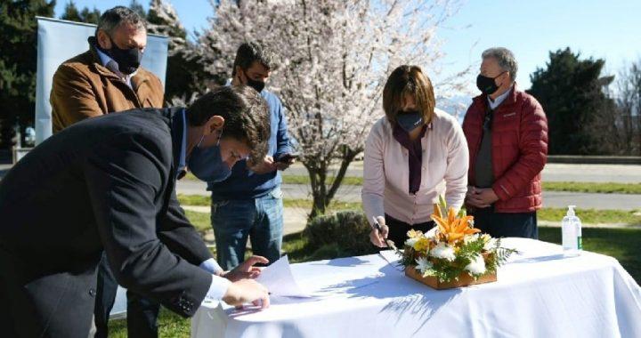 Carreras firmó el contrato para la obra del portal de ingreso al PITBA en Bariloche
