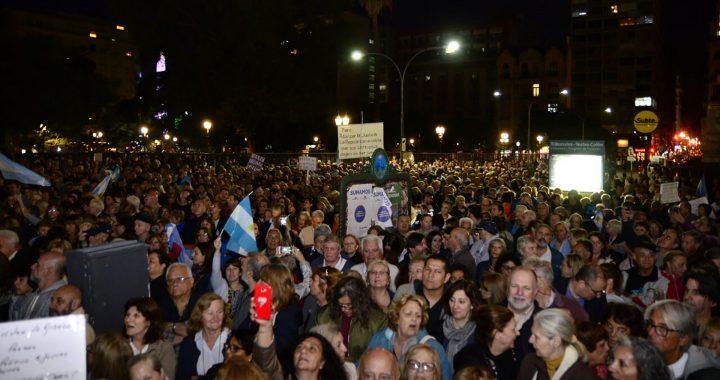 Con velas, manifestantes protestaron frente a Tribunales contra el traslado de jueces