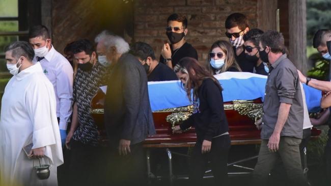 Maradona ya descansa en paz junto a Doña Tota y Don Diego