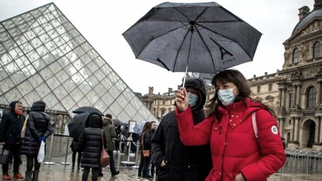 Francia advierte que aún vacunadas, las personas deberán usar barbijo y respetar la distancia social