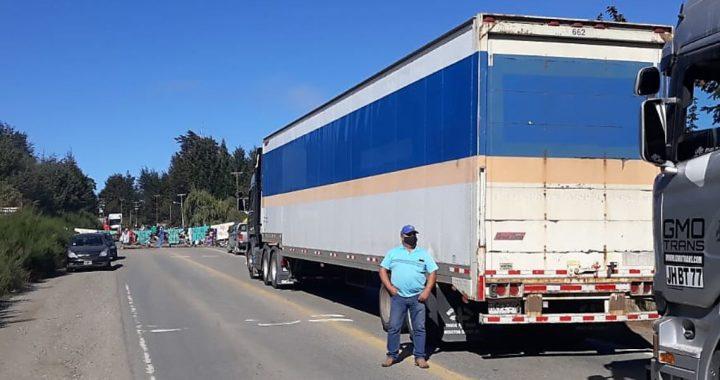 Decenas de camiones chilenos varados por los piquetes y ya falta combustible en Bariloche