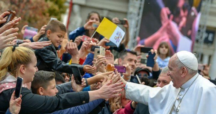 Francisco pidió que la asistencia social llegue a la economía informal