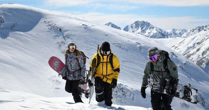 Jugarse la vida en la montaña: la travesía de profesionales de la nieve