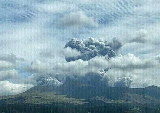 El volcán Monte Aso entró en erupción en Japón