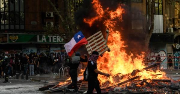Medio centenar de detenidos en otra noche de violencia en Santiago de Chile